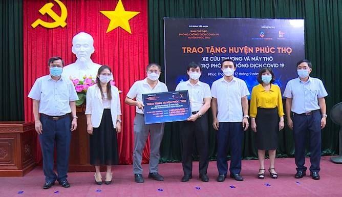 Ủy ban MTTQ Việt Nam huyện Phúc Thọ tiếp nhận xe cứu thương, máy thở và kinh phí hỗ trợ công tác phòng chống dịch Covid-19 tại huyện Phúc Thọ