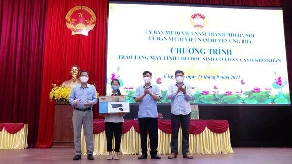 """Ủy ban MTTQ Việt Nam huyện Ứng Hòa phát động chương trình """"Sóng và máy tính cho em""""; trao tặng máy tính cho học sinh khó khăn và Chuyển giao kinh phí hỗ trợ người có hoàn cảnh khó khăn do ảnh hưởng bởi dịch Covid-19"""