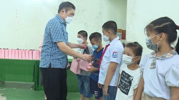 Huyện Thường Tín trao tặng thiết bị học tập online cho 76 học sinh có hoàn cảnh khó khăn