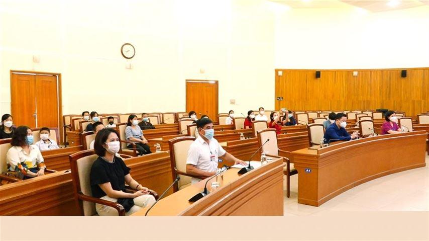 """Quận Long Biên trao tặng cho các học sinh có hoàn cảnh khó khăn theo Chương trình """"Sóng và máy tính cho em"""" trên địa bàn quận Long Biên"""