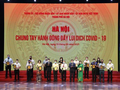 Phó Bí thư Thành ủy Nguyễn Văn Phong và Phó Chủ tịch Thường trực Ủy ban Mặt trận Tổ quốc Việt Nam Thành phố Nguyễn Anh Tuấn trao biểu trưng cảm ơn các đơn vị, cá nhân