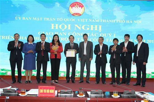 Các đồng chí Chủ tịch, Phó Chủ tịch và Ban Thường trực Ủy ban MTTQ Việt Nam TP Hà Nội tặng quà chia tay đồng chí Vũ Hồng Khanh - Nguyên Chủ tịch Ủy ban MTTQ Việt Nam TP