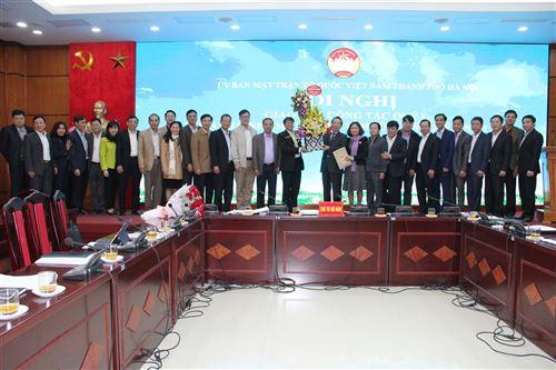 Đại diện Ủy ban MTTQ Việt Nam các quận, huyện, thị xã tặng hoa chia tay đồng chí Vũ Hồng Khanh