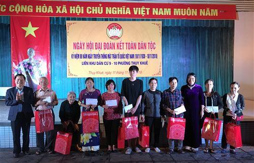 Đ/c Nguyễn Thị Kim Dung - Phó Chủ tịch Ủy ban MTTQ Việt Nam TP Hà Nội tặng quà hộ nghèo tại Ngày hội đại đoàn kết phường Thụy Khuê, quận Tây Hồ