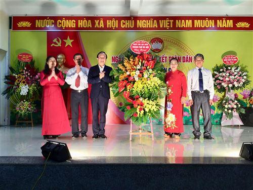 Đc Nguyễn Ngọc Tuấn - Phó Chủ tịch Thường trực HĐND TP tặng hoa tại phường Tây Mỗ, quận Nam Từ Liêm