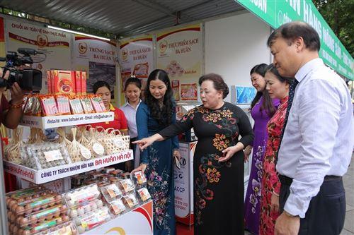 6.Các đồng chí lãnh đạo TW và TP thăm quan các gian hàng