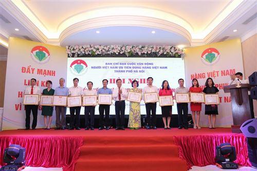 20.Đồng chí Nguyễn Kim Hoàng – Phó ban Dân vận Thành ủy trao Bằng khen của UBND cho các cá nhân có thành tích xuất sắc trong 10 năm thực hiện CVĐ.