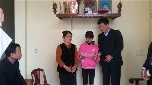 ảnh 11.1: Đồng chí Bùi Anh Tuấn – Phó Chủ tịch Thường trực Ủy ban MTTQ Việt Nam TP Hà Nội tặng quà bà Nguyễn Thị Toét tại xóm 6, thôn Phú Mỹ, xã Tự Lập