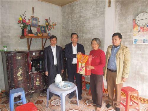 ảnh 14: Đồng chí Dương Cao Thanh - Phó Chủ tịch Ủy bạn MTTQ Việt Nam Thành phố tặng quà Tết hộ nghèo hộ gia đình bà Đỗ Thị Nương thôn Đốc Bình, xã Hùng Tiến, huyện Mỹ Đức