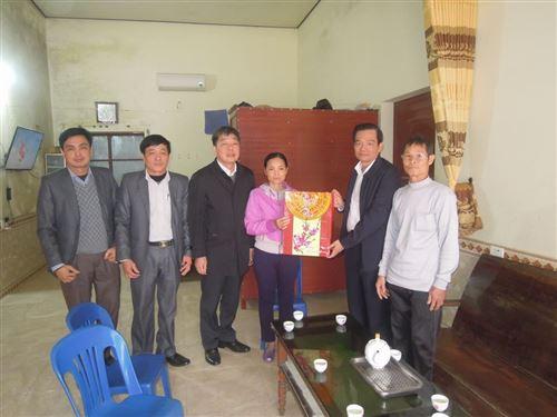 ảnh 16: Đồng chí Dương Cao Thanh thăm, tặng quà cho hộ nghèo  Hoàng Thị Quyên thôn Đông Mỹ, xã An Tiến, huyện Mỹ Đức dịp Tết nguyên đán Kỷ Hợi