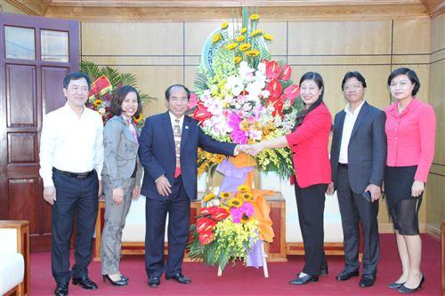 Liên hiệp các tổ chức hữu nghị TP tặng hoa chúc mừng