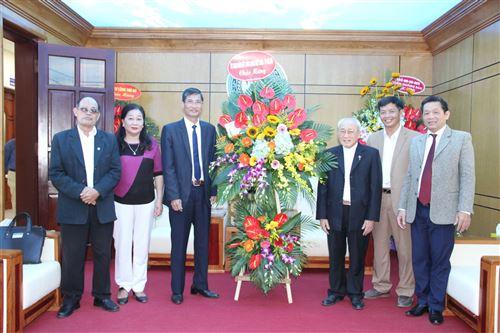 Ban Đoàn kết Công giáo TP tặng hoa chúc mừng