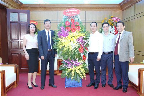 Sở Tài chính Hà Nội tặng hoa chúc mừng