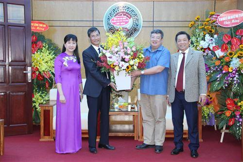 Quận Hai Bà Trưng tặng hoa chúc mừng
