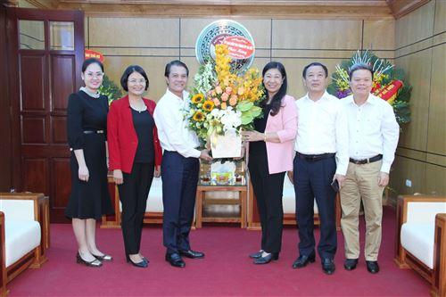 Ủy ban Kiểm tra Thành ủy tặng hoa chúc mừng
