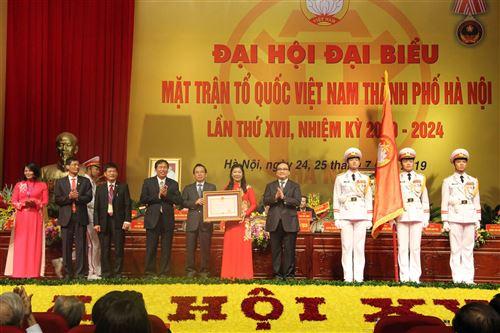 Đồng chí Hoàng Trung Hải - Ủy viên Bộ Chính trị, Bí thư Thành ủy Hà Nội trao tặng Huân chương Độc lập hạng Nhất cho Ủy ban MTTQ Việt Nam thành phố Hà Nội.