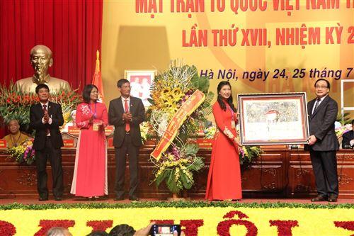 Đồng chí Hoàng Trung Hải - Bí thư Thành ủy Hà Nội trao tặng Đại hội bức tranh Khuê Văn Các.