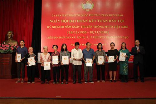 Đ/c Vũ Hồng Khanh – UVTV Thành ủy, Chủ tịch Ủy ban MTTQ Việt Nam TP Hà Nội tặng quà cho các hộ nghèo tại Ngày hội đại đoàn kết phường Trần Hưng Đạo, quận Hoàn Kiếm
