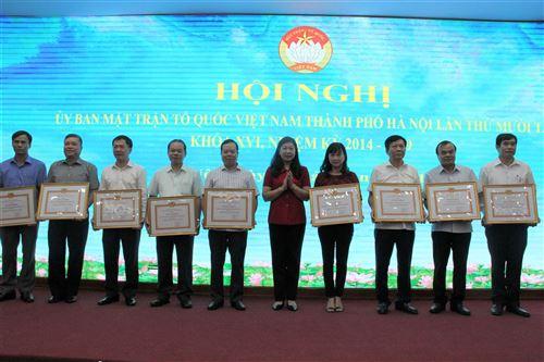 Đồng chí Nguyễn Lan Hương - UVTV Thành ủy, Chủ tịch Ủy ban MTTQ Việt Nam TP trao Bằng khen của Thành ủy cho các tập thể có thành tích xuất sắc trong vận động quỹ Vì biển, đảo Việt Nam năm 2019