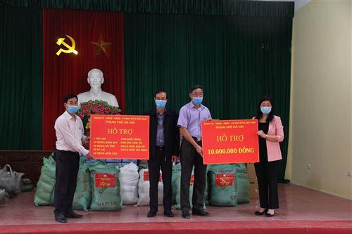 Đại diện lãnh đạo thành phố Hà Nội trao quà hỗ trợ của thành phố đến các hộ dân thôn Đông Cứu