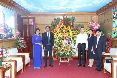 Lãnh đạo huyện Thạch Thất chúc mừng