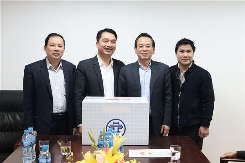 Chủ tịch Ủy ban MTTQ Việt Nam TP Hà Nội Vũ Hồng Khanh (thứ hai từ phải sang) tặng quà cán bộ, nhân viên Công ty cổ phần Công trình đô thị Phú Thành