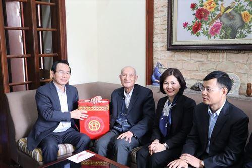 ảnh 7: Đồng chí Vũ Hồng Khanh - Chủ tịch Ủy ban MTTQ Việt Nam TP Hà Nội tặng quà cán bộ tiền khởi nghĩa Vũ Bá Thược, phường Đức Giang.