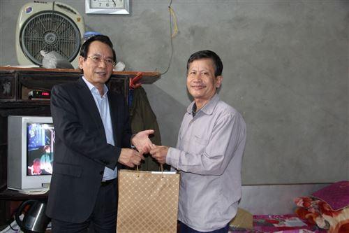 ảnh 8: Đồng chí Vũ Hồng Khanh - Chủ tịch Ủy ban MTTQ Việt Nam TP Hà Nội tặng quà hộ nghèo Lê Văn Tác tại xã Đồng Tháp, huyện Đan Phượng