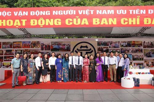 """1.Các đồng chí lãnh đạo TW và TP chụp ảnh kỷ niệm tại khu trưng bày, triển lãm hội nghị tổng kết 10 năm thực hiện CVĐ """"Người Việt Nam ưu tiên dùng hàng Việt Nam"""""""
