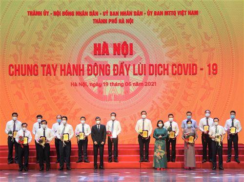 Phó Bí thư Thường trực Thành ủy Nguyễn Thị Tuyến và Phó Chủ tịch Thường trực Ủy ban Mặt trận Tổ quốc Việt Nam Thành phố Nguyễn Anh Tuấn trao biểu trưng cảm ơn các đơn vị đã ủng hộ Chương trình