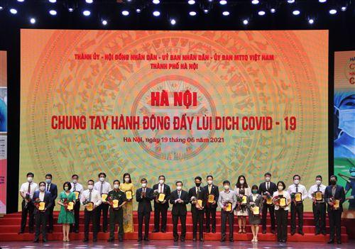Chủ tịch UBND TP Chu Ngọc Anh và Phó Chủ tịch Thường trực Ủy ban Mặt trận Tổ quốc Việt Nam Thành phố Nguyễn Anh Tuấn trao biểu trưng cảm ơn các tập thể, cá nhân tham gia ủng hộ Chương trình
