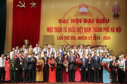 Bí thư Thành ủy Hà Nội Hoàng Trung Hải, Chủ tịch Trần Thanh Mẫn chụp ảnh cùng Ủy viên Ủy ban MTTQ Việt Nam thành phố Hà Nội nhiệm kỳ 2019 - 2024.