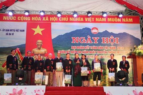 Đồng chí Tòng Thị Phóng – Phó Chủ tịch Quốc hội tặng quà các hộ nghèo xã Ba Vì, huyện Ba Vì