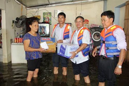 Đồng chí Nguyễn Anh Tuấn – Phó Chủ tịch Ủy ban MTTQ Việt Nam TP tặng quà hỗ trợ bà con huyện Quốc Oai khắc phục hậu quả do mưa lũ gây ra