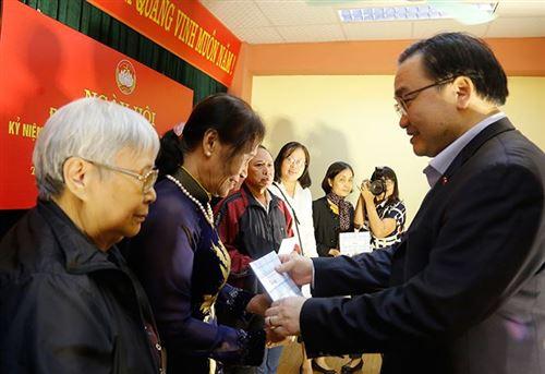 Đ/c Hoàng Trung Hải - Ủy viên Bộ Chính trị, Bí thư Thành ủy Hà Nội tặng quà các hộ nghèo tại Ngày hội Đại đoàn kết phường Yên Hòa, quận Cầu Giấy